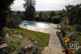 Accès difficile pour cette piscine sur terrain pentu
